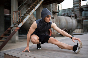 Young Chinese man exercising outdoorsの写真素材 [FYI02857021]