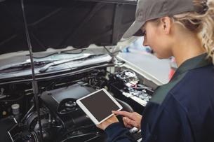 Female mechanic using digital tabletの写真素材 [FYI02857040]