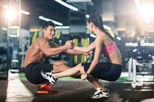 Young couple exercising at gymの写真素材 [FYI02857049]
