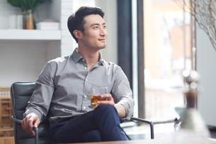 Young man enjoying fine wineの写真素材 [FYI02857065]