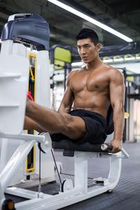 Young man exercising at gymの写真素材 [FYI02857077]