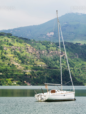 Italy, Velletri, Yacht floating on waterの写真素材 [FYI02857080]