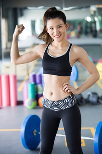 Portrait of young woman at gymの写真素材 [FYI02857097]