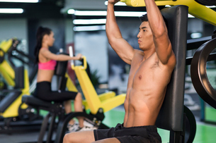 Young man exercising at gymの写真素材 [FYI02857100]