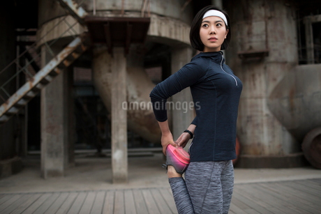 Young Chinese woman exercising outdoorsの写真素材 [FYI02857101]