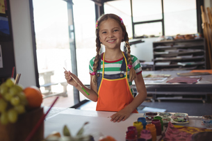 Portrait of smiling girl at painting classの写真素材 [FYI02857106]