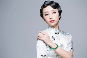 Portrait of young beautiful woman in traditional cheongsamの写真素材 [FYI02857108]