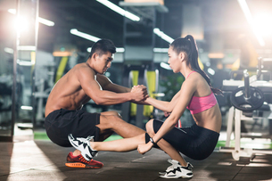 Young couple exercising at gymの写真素材 [FYI02857141]