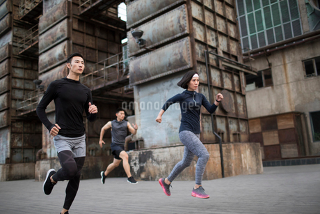 Young Chinese friends jogging outdoorsの写真素材 [FYI02857142]