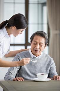Nursing assistant taking care of senior manの写真素材 [FYI02857151]