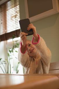 Cute girl taking selfie on mobile phoneの写真素材 [FYI02857152]