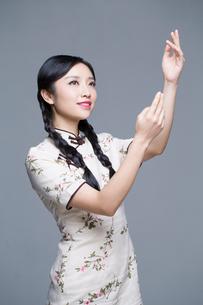 Young beautiful woman in traditional cheongsamの写真素材 [FYI02857153]