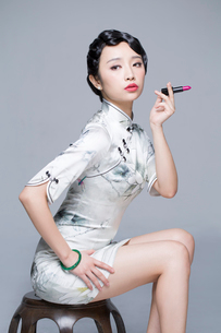 Young beautiful woman in traditional cheongsam with a lipstickの写真素材 [FYI02857159]