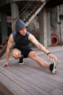 Young Chinese man exercising outdoorsの写真素材 [FYI02857163]