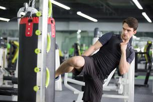 Young man exercising at gymの写真素材 [FYI02857165]