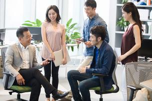 Business people talking in meetingの写真素材 [FYI02857171]