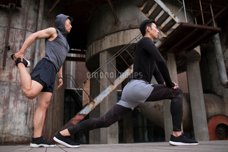 Young Chinese men exercising outdoorsの写真素材 [FYI02857176]