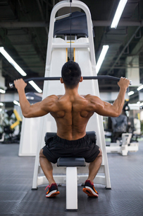 Young man exercising at gymの写真素材 [FYI02857195]