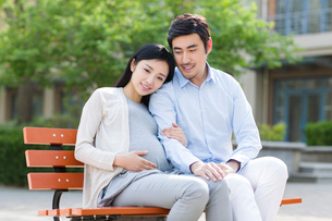 Happy pregnant woman and her husbandの写真素材 [FYI02857199]