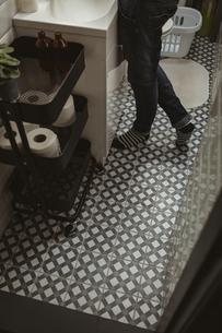 Man standing near sink in washroomの写真素材 [FYI02857200]