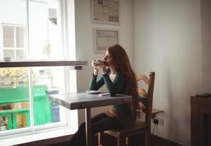 Beautiful woman having coffeeの写真素材 [FYI02857207]