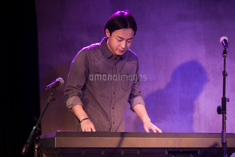 Young man playing the electronic organ on stageの写真素材 [FYI02857209]
