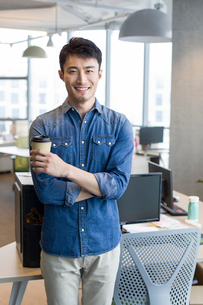 Portrait of confident young man in officeの写真素材 [FYI02857210]
