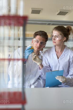 University students performing experimentの写真素材 [FYI02857211]