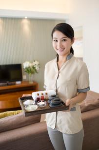 Massage therapist holding massage suppliesの写真素材 [FYI02857222]