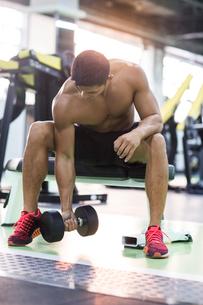Young man exercising at gymの写真素材 [FYI02857224]