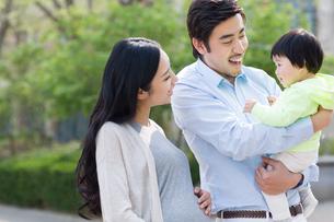 Happy young familyの写真素材 [FYI02857230]
