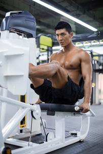 Young man exercising at gymの写真素材 [FYI02857237]