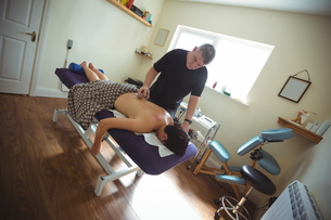 Therapist giving cupping therapy to manの写真素材 [FYI02857249]