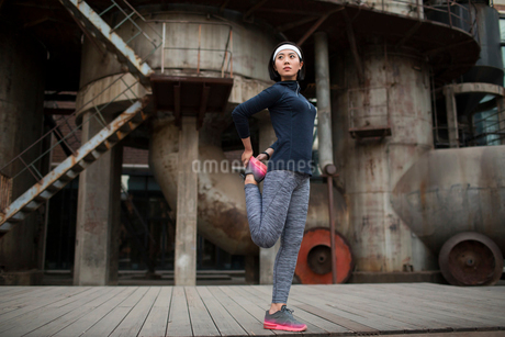 Young Chinese woman exercising outdoorsの写真素材 [FYI02857254]