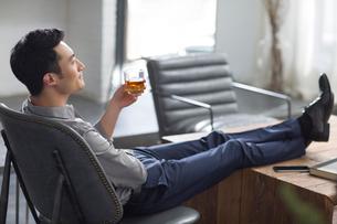 Young man enjoying fine wineの写真素材 [FYI02857256]