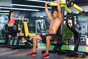 Young man exercising at gymの写真素材 [FYI02857261]