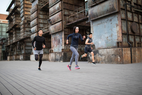 Young Chinese friends jogging outdoorsの写真素材 [FYI02857270]