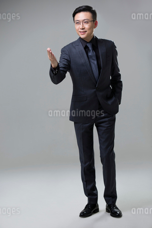 Confident mid adult businessmanの写真素材 [FYI02857286]