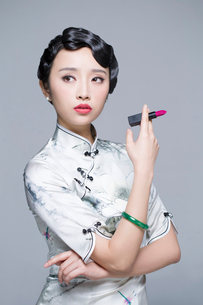 Young beautiful woman in traditional cheongsam with a lipstickの写真素材 [FYI02857298]