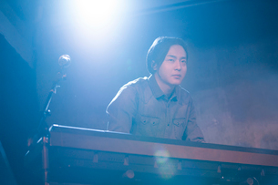 Young man playing the electronic organ on stageの写真素材 [FYI02857316]