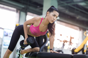 Young woman exercising at gymの写真素材 [FYI02857317]