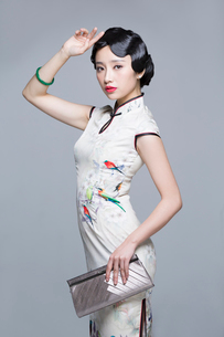 Portrait of young beautiful woman in traditional cheongsamの写真素材 [FYI02857344]