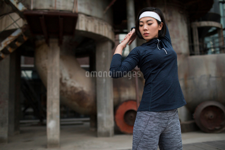 Young Chinese woman exercising outdoorsの写真素材 [FYI02857348]