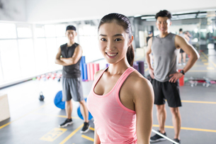 Portrait of young woman at gymの写真素材 [FYI02857358]