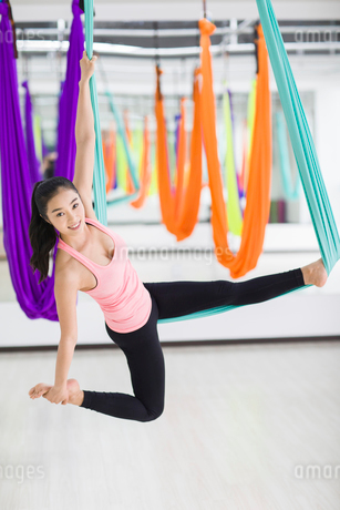 Young woman practicing aerial yogaの写真素材 [FYI02857375]