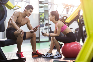 Young couple resting at gymの写真素材 [FYI02857376]