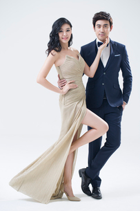 Portrait of elegant young Chinese coupleの写真素材 [FYI02857383]
