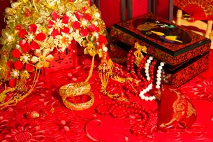 Traditional Chinese wedding elementsの写真素材 [FYI02857388]