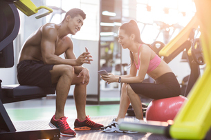 Young couple resting at gymの写真素材 [FYI02857390]