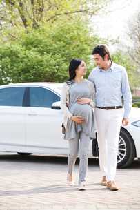 Happy pregnant woman and her husbandの写真素材 [FYI02857394]